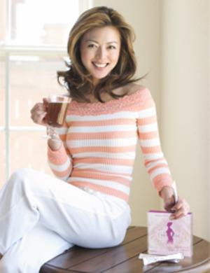 白とピンクのセーターを着て笑顔の武田久美子